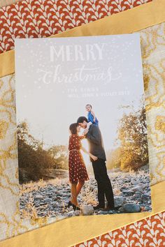 Love pose, combo fonts at top + background Totten Totten Nodolf Christmas Mini Sessions, Christmas Minis, Christmas Holidays, Christmas Cards, Christmas Ideas, Family Christmas Pictures, Family Photos, Christmas Photography, Family Photography