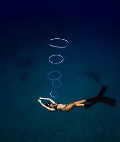 Freediver is making bubble rings Le Grand Bleu, Underwater Pictures, Ocean Underwater, Scuba Diving Equipment, Foto Instagram, Beautiful Ocean, Underwater Photography, Under The Sea, Cool Stuff