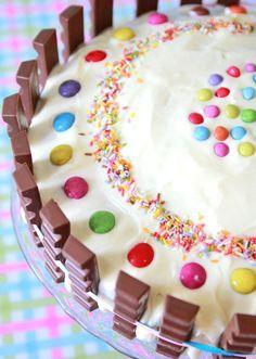 Kinderriegel Geburtstagskuchen | Rührteig + Frosting, Kinderriegel & Smarties | Rezept und Anleitung auf: http://www.waseigenes.com