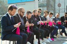 9 hombres en traje se sentaron a tejer en la mitad de la calle para enseñarnos una poderosa lección