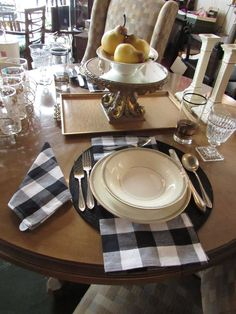 Black and white checkered napkins are so stylish and classic.