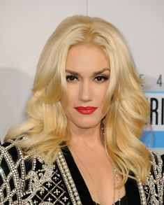 Gwen Stefani Long Curls  The always gorgeous Gwen Stefani wore her bottle blonde tresses in full, flipped curls for the 2012 AMAs
