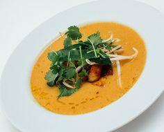 Nydelig asiatisk festsuppe. Laksa er en fabelaktig suppe. Rett og slett. En suppe for de fine anledningene. Den nydelige smaken av Asia får vi fra en hjemmelaget laksa-paste, og når den freses for deretterå kokes i kokosmelk og grønnsakskraft så skjer det noe fantastisk i gryta. Det lukter godt med en gang, og ganske kjapt … Laksa, Thai Red Curry, Ethnic Recipes, Food, Essen, Meals, Yemek, Eten