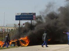 16-nov-12 - Manifestantes protestam durante 22ª Cúpula Ibero-Americana. Os manifestantes queimaram pneus e fizeram fogueiras. Foto: AP.