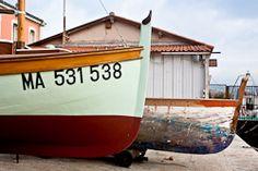 A quoi reconnaît-t-on une barquette marseillaise ? Les barquettes marseillaises se reconnaissent à leur galbe, adapté à la navigation dans la baie de Marseille.   Le capian, pièce d'étrave située à l'avant, sert à amarrer le bateau. Sa forme allongée rehaussée de « joues » est symbole de virilité. Sa forme et sa taille font office de signature du constructeur du bateau.        Les barquettes fonctionnaient à l'origine à la voile. C'était un moyen de reconnaitre les barquettes des autres…