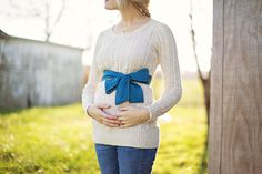 Arielle Elise Photography - Gender Reveal photo...love the bow as the reveal!
