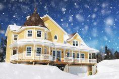 Maison jaune avec neige tombante en hiver Pixel Photo, Engineered Wood Siding, Line Photography, Home Estimate, Winter Images, Yellow Houses, Vinyl Siding, Log Homes, Cozy