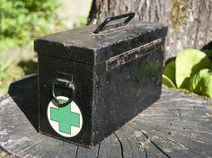 Boite de pharmacie noire vintage en métal.  φ Conditions : dans son jus, rouillée à certains endroits (voir photos)  φ Dimensions : 22 x 12 cm (Longueur x Hauteur)   Cet article sera très soigneusement emballé et envoyé aussi rapidement que possible, dans les 1-3 jours ouvrables après le paiement.  Merci de votre visite! Retrouvez mes autres objets vintage sur : https://www.etsy.com/fr/shop/BoutsdArtsVintage ------------------------------------------------------------...