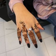 *CREDIT TO CREATOR* I love the intricate and thin designs, definetly a step-up from the classic henna designs Floral Henna Designs, Finger Henna Designs, Henna Tattoo Designs Simple, Mehndi Designs 2018, Mehndi Design Pictures, Modern Mehndi Designs, Mehndi Designs For Girls, Henna Art Designs, Mehndi Designs For Beginners