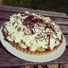 Banofee pie - recipe as per Jamie Oliver's 30 minute meals book. Jamie's Recipes, Sweet Recipes, Baking Recipes, Dessert Recipes, Jamie Oliver 30 Minute Meals, Jamie's 30 Minute Meals, Delicious Desserts, Yummy Food, Banoffee Pie