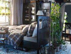 Chambre IKEA avec lit deux personnes et beaucoup de plantes d'intérieur