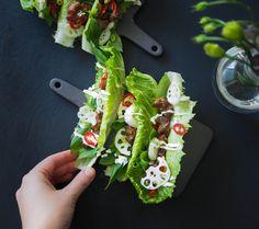 Laiskan kokin karkkipossu on suolaisenmakeaa, tahmaista ja suussasulavaa sekä helppoa valmistaa. Salaattiveneellä matkustaessaan se vasta onkin koukuttavaa!