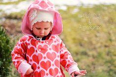 """Sweet Heart-Wintersweat von #ASTROKATZE / Nähbeispiel von """"Kischi's Welt"""" / #sweetheart #herzen #herzchen #hearts #herzchenstoff #stoffdesign #textildesign #organiccotton #rot #rosa #red #pink #diy #sewing Stoff Design, Retro, Pink, Sewing, Baby, Hearts, Textile Design, Fabrics, Woman"""
