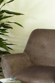Klassisk, hvit nyanse som passer til de fleste rom. Denne fargen er lagd spesielt til å matche alle farger. Passer perfekt til lister og karmer. En av våre standard farger til lister, vinduer og dører. #bomull#hvit#lister#karmer#standard#farge#maling#painting#skinn#stol#palme#stue#livingroom#soverom#bedroom#gang#hall#kombinasjon#bad#bathroom#inspirasjon#inspiration#fargekart#Fargerike Ikea, Chair, Furniture, Home Decor, Decoration Home, Ikea Co, Room Decor, Home Furnishings, Stool
