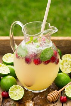 Sparkling Honey Limeade Punch Recipe - Non-Alcoholic Drinks To Refresh Your Summer Non-Alcoholic Drinks for Summer that will let you unwind without the hangover. Find some of the best non-alcoholic party drinks and recipes for mocktails. Alcoholic Punch Recipes, Drink Recipes Nonalcoholic, Easy Alcoholic Drinks, Drinks Alcohol Recipes, Yummy Drinks, Brunch Punch Non Alcoholic, Coctails Recipes, Bbq Drinks, Brunch Drinks