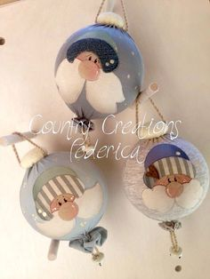 Balls to Decorate the Tree - Country Creations- Palle per Decorare l'Albero – Country Creations Flat Nativity – Country Creations - Christmas Ornaments To Make, Christmas Sewing, Felt Christmas, Christmas Balls, Christmas Projects, Handmade Christmas, Holiday Crafts, Christmas Time, Christmas Decorations