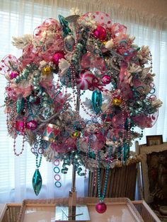 amazing christmas wreath.....really nice!!! Pink and turquoise vintage ornaments