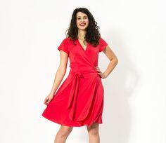 • Mehrgrößenschnitt in S - 2XL • PDF zum Selbstausdrucken  Wickelkleid DIANE erhielt seinen Namen nach der Grande Dame des Wickelkleids: Diane von Fürstenberg. Mit einem Wickelkleid ist man schnell angezogen, damenhaft, elegant oder lässig. DIANE ist ein ganz klassisches Kleid mit Abnähern im Vorder- und Rückenteil für die Figur und Falten im Rock für den nötigen Schwung und darf in keinem Kleiderschrank fehlen. Man kann es mit kurzen, 3/4 und langen Ärmeln nähen und die Hosenliebhaber un...