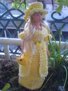 Friend off Barbie/Freundin von Barbie, alles in gelb gehäkelt mit passendem Hut und Tasche....