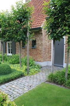 Landelijk tuin Hoeven_Tuinmeesters © While historical around thought, the particular pergola continues to be having Garden Paths, Garden Tools, Patio, Backyard, Paving Stones, Small Garden Design, Small Gardens, Garden Planning, Amazing Gardens