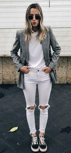 7 ideias de looks para esta semana. Blazer cinza, blusa branca, calça jeans branca com rasgo no joelho, tênis vans preto