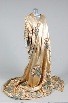 Theatre cape, ca The pattern is seriously Art Deco. Women's vintage designer fashion history historical clothing old Hollywood high fashion 20s Fashion, Fashion History, Art Deco Fashion, Vintage Fashion, Fashion Design, Style Année 20, Mode Style, Antique Clothing, Historical Clothing