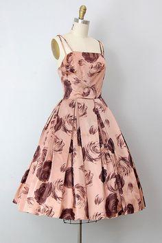 I love this it looks so cute vintage dress / vintage party dress / rose print cocktail dress Vintage 1950s Dresses, Vestidos Vintage, Vintage Wear, Vintage Outfits, Vintage Clothing, Vintage Party, Look Fashion, Fashion Models, Modern Fashion