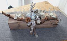 Adventsgesteck aus altem Holz! Alter Holzblock natürlich dekoriert mit einem Reh, Kugeln und vier Teelichtgläsern! Preis 39,90€