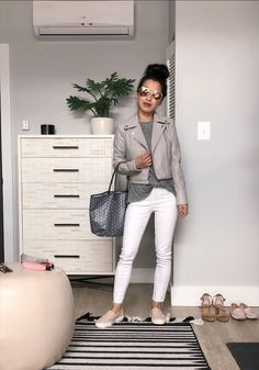 Travel Outfits - What to Pack on a Spring Vacation (nursing friendly outfits) : Extra Petite one week of outfits in a carry-on bag Spring Outfits, Trendy Outfits, Spring Clothes, Tourist Outfit, Outfit Invierno, Spring Vacation, Extra Petite, Leather Jacket Outfits, Petite Fashion