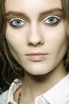 Ojos intensamente blancos