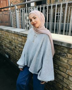 Sauf modeling her casual hijabi outfit. Hijab Fashion Summer, Modern Hijab Fashion, Hijab Fashion Inspiration, Muslim Fashion, Modest Fashion, Fashion Outfits, Uni Outfits, Winter Outfits, Casual Outfits