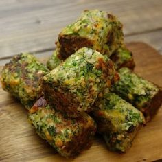 Broccoli har virkelig aldrig smagt bedre. Ja, man glemmer faktisk helt, at det er broccoli, man spiser. Og så er de også nemme at lave. Mums! Hvem skal spise hapsere sammen med dig? Du skal bruge: Til ca. 15 hapsere 3 skalotteløg 350 g. frossen broccoli eller ca. 5 dl. 1 håndfuld persille 1 æg … Easy Snacks, Easy Healthy Recipes, Veggie Recipes, Cooking Recipes, I Love Food, Good Food, Yummy Food, Scandinavian Food, I Foods