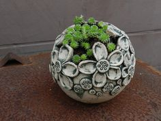 Bol met bloemen erop Ceramic Pots, Ceramic Birds, Ceramic Flowers, Ceramic Clay, Raku Pottery, Pottery Bowls, Cement Crafts, Clay Crafts, Ceramic Workshop