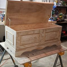 Blanket Chest Plan - I like woodworking :) Woodworking Plans Pdf, Woodworking Furniture Plans, Woodworking Projects Diy, Woodworking Classes, Woodworking Machinery, Woodworking Basics, Woodworking Store, Rockler Woodworking, Woodworking Magazine