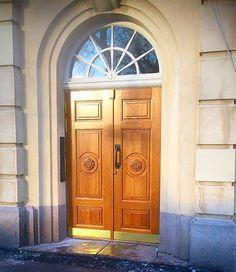 #porvoonpuutyo #entrance #tammiovet #tammiovi #pääovi #kerrostalon #taloyhtiö #doordecoration #helsinki #finland #woodworking