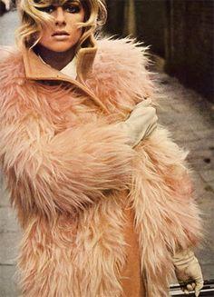 Jill Kennington by Bob Richardson, Vogue UK, September 1966 in peach faux fur 60s And 70s Fashion, Retro Fashion, Vintage Fashion, Vintage Glam, Vintage Vogue, Style Fashion, Jacqueline Bisset, Lauren Hutton, Catherine Deneuve