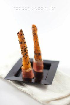 grissini di patate al sesamo nero con speck arrotolato
