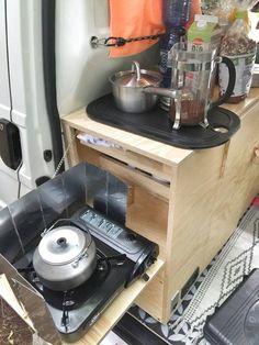 Die Klappe wird über eine einfache Kette in Tischposition gehalten und im Kochfach lassen sich außer dem Gaskocher auch Kochzubehör wie Essig, Öl, Gewürze, Kaffee und Tee unterbringen