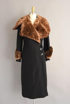 Absolutely gorgeous rare black wool Winter coat with beautiful soft sheared brown beaver fur around the dramatic collar and arm cuffs. Wonderful Art deco coat with large black button on the front for closure. Nice heavy weight for Winter weather. Vintage Coat, Mode Vintage, Winter Coats Women, Coats For Women, Heavy Winter Coat, 1930s Fashion, Vintage Fashion, Americana Vintage, Fashion Designer