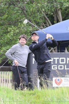 Max e amigos jogando golfe com amigos para a caridade em Manchester, na Inglaterra.