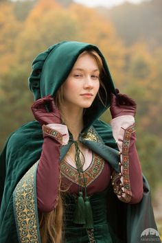 Renaissance style short cloak with hood. Available in: burgundy natural velvet, brass, melchior Renaissance Mode, Renaissance Fair Costume, Medieval Costume, Renaissance Fashion, Renaissance Clothing, Medieval Dress, Medieval Fantasy, Historical Clothing, Italian Renaissance Dress