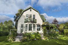 I en villastad strax utanför Stockholm ligger denna jugendpärla som New England Hus, Welcome To My House, Villa, Dutch Colonial, Small Buildings, Swedish House, House Goals, House Colors, Old Houses