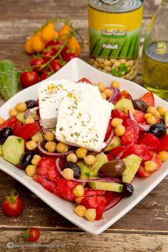 salata-greceasca-cu-naut-00 Cobb Salad, Food And Drink, Vegan, Drinks, Salads, Drinking, Beverages, Drink, Beverage