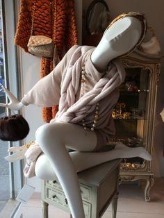 25JANVIER OVERSIZED CASHMERE TUNIQUE DRESS, WOOL CHAIN MUFFLER, MINK BAG #fashion #chic #paris
