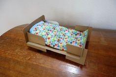 Puppenbett aus Pappe selber machen