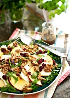 Sałatka z kozim serem jabłkiem, żurawiną oraz orzechami włoskimi. Pyszna pożywna sałatka, prosta w przygotowaniu, kolorowa. Przepis