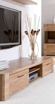 licht eiken tv-meubel met twee deuren en een open vak waar u uw apparatuur in kunt zetten
