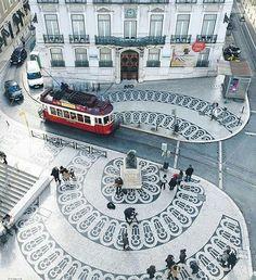 Lisbonne est la capitale et la plus grande ville du Portugal. C'est une ville illuminée avec d'architecture est unique. Habituellement, il fait beau et il y a du soleil. Dans la centre de Lisbonne, la rivière Tagus est un miroir de mille couleurs. Vous pouvez visiter le premier jardin botanique portugais, le jardin botanique d'Ajuda.