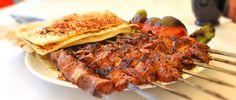Adana Kebab ist ein türkisches Gericht, welches sehr beliebt ist. Den Namen hat er von der Stadt Adana. İch empfehle ihnen auf kleinen Fall Hackfleisch zu kaufen, welches schon vorher gehackt wurde.