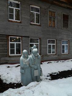 Бабушка рядышком с дедушкой #дом #скульптура #улица #февраль